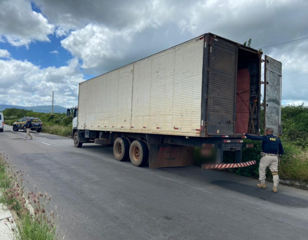 PRF localiza caminhão roubado em Pernambuco que foi abandonado em Delmiro Gouveia/AL